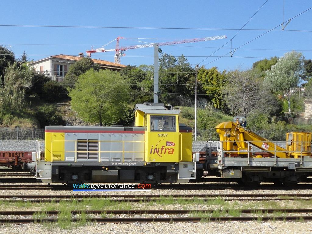 Le locotracteur Y9057 SNCF Réseau attelé à un Wagon d'Inspection des Tunnels (WIT)