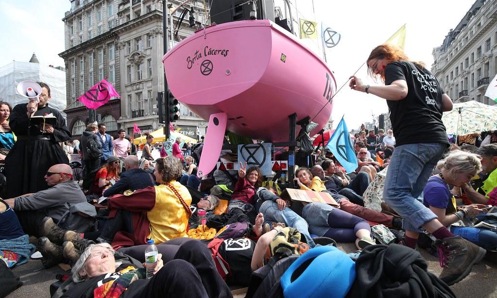 氣候變遷行動者圍繞在倫敦市中心一艘粉紅色的船隻周圍。(圖片來源:Yui Mok/PA)