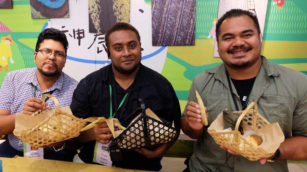 國合會外賓享用地球日市集的食物,從食材到包裝都強調環境友善。攝影:陳文姿