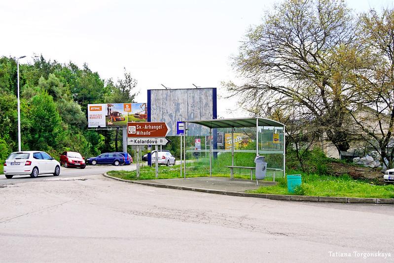 Остановка общественного транспорта возле тиватского аэропорта