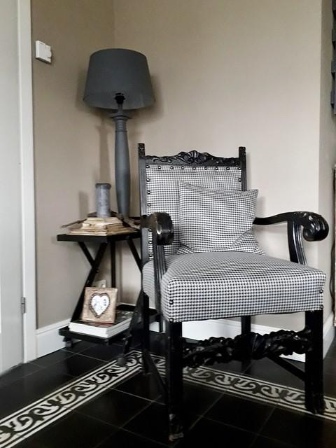 Oude stoel met zwart-witte stof butlertray balusterlamp