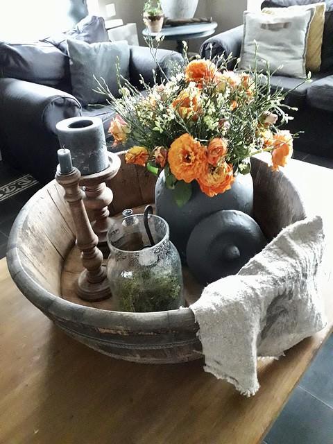 Olijfbak met bloemen en kandelaars