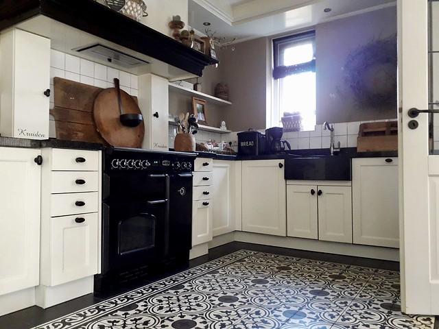 Keuken landelijke stijl zwart wit vloer
