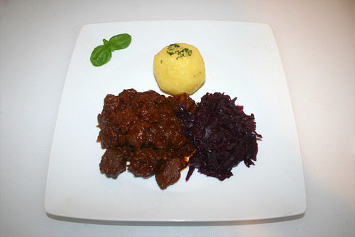 47 - Tender beef goulash with red cabbage & dumplings - Served / Saftig-zartes Rindergulasch mit Rotkohl & Klößen - Serviert