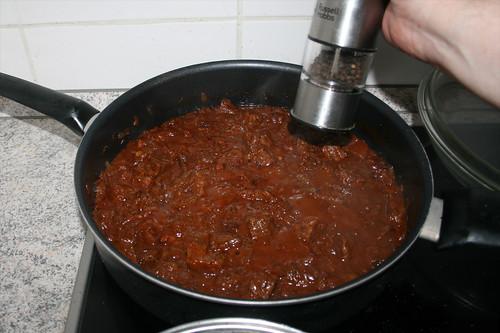45 - Gulasch mit Gewürzen abschmecken / Taste goulash with seasonings