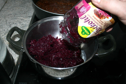 41 - Rotkohl in Topf geben / Put red cabbage in pot