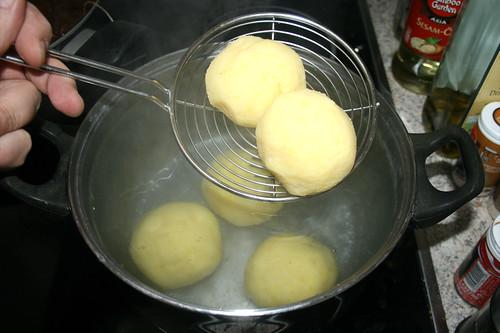 40 - Klöße in Wasser geben / Put dumplings in water