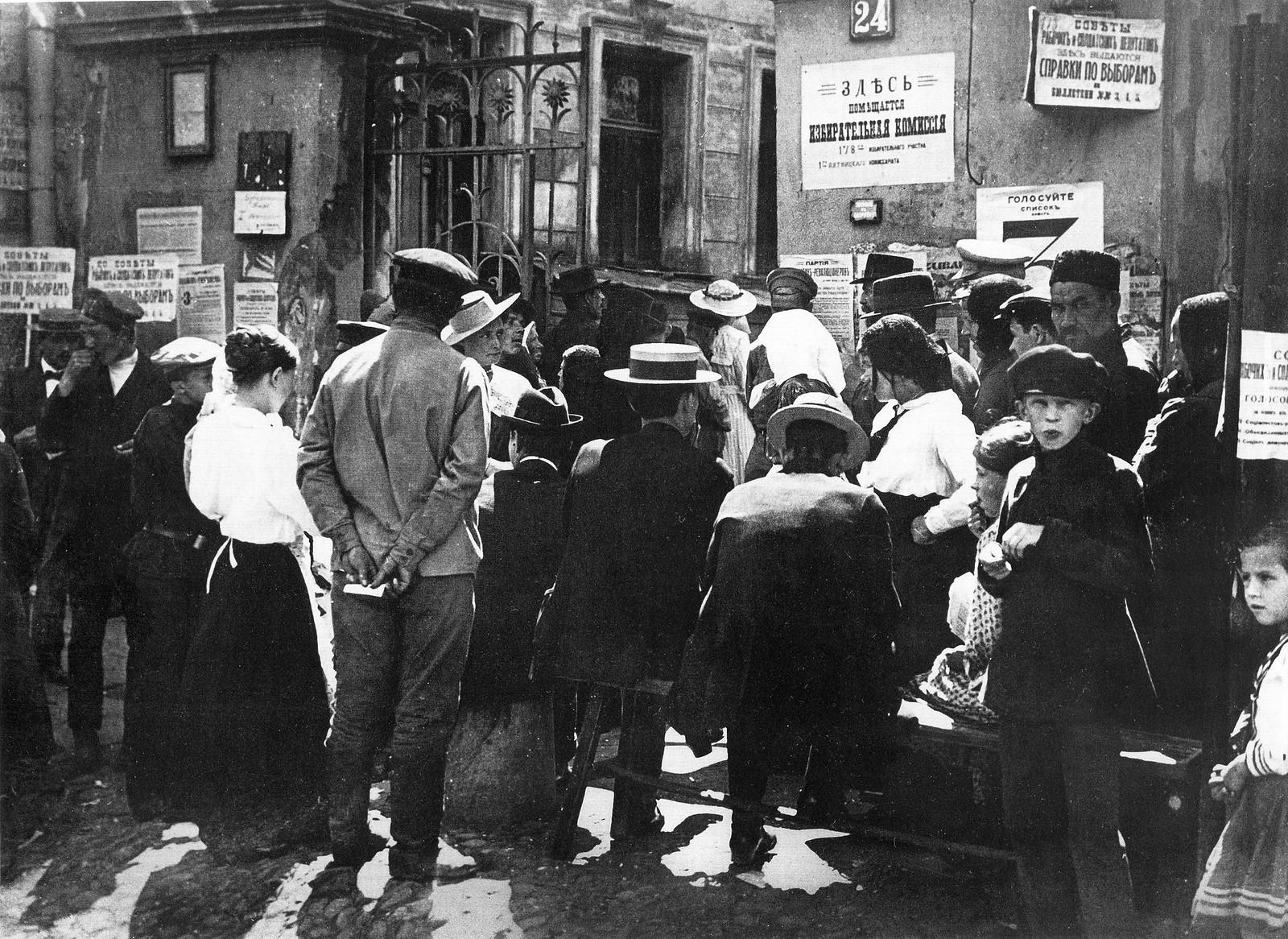 Выборы в Мосгордуму. У избирательного участка на Кузнецкой улице. 1917