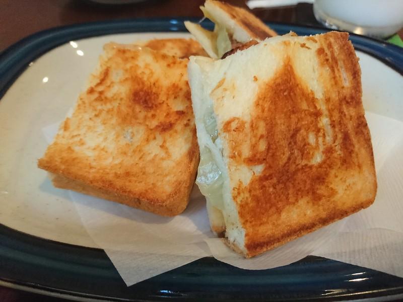 guaduacoffeeのやきとりとチーズのホットサンドの写真です。アツアツで美味しい。