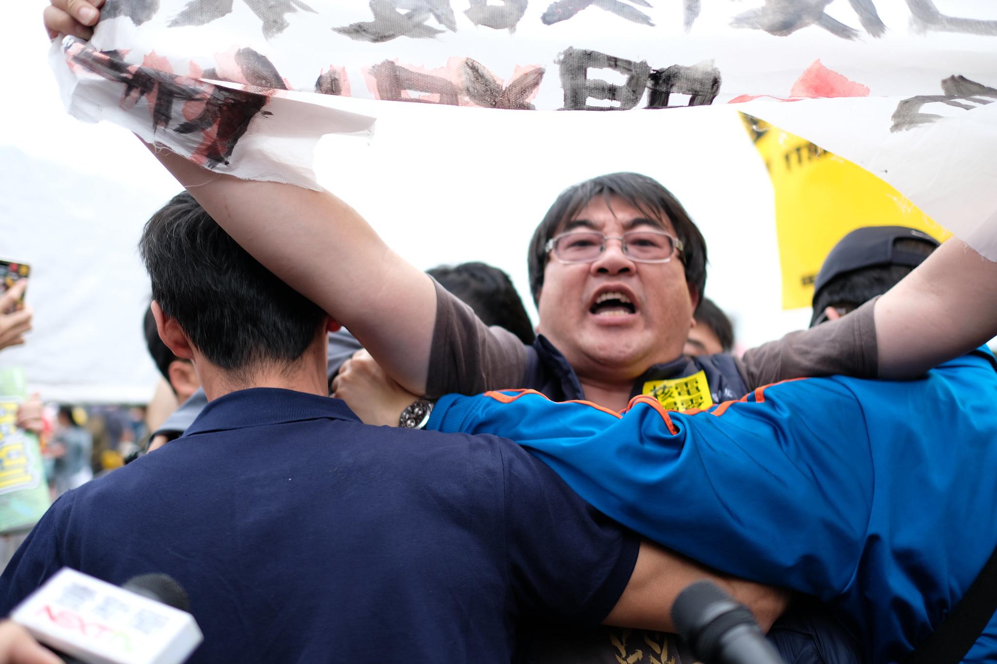 台灣土地正義行動聯盟理事長陳致曉陳抗遭到警方架離。(大觀事件自救會提供)