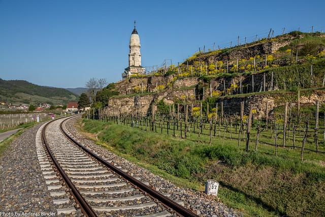 Wachaubahn, Franzosendenkmal, Weingarten mit Trockensteinmauern