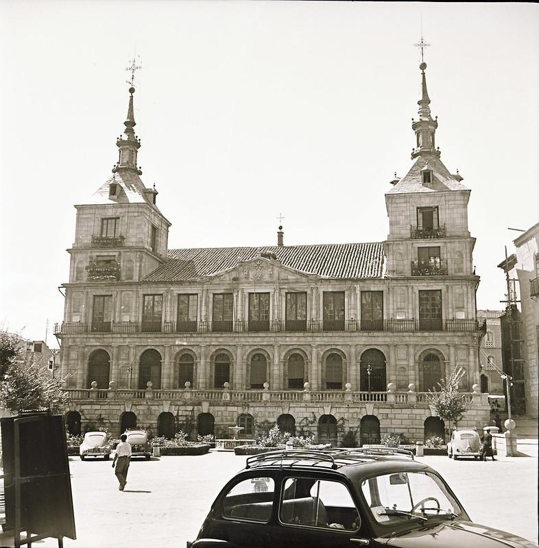 Un seiscientos en la Plaza del Ayuntamiento en los años 60. Fotografía de Victoriano de Tena Sardón