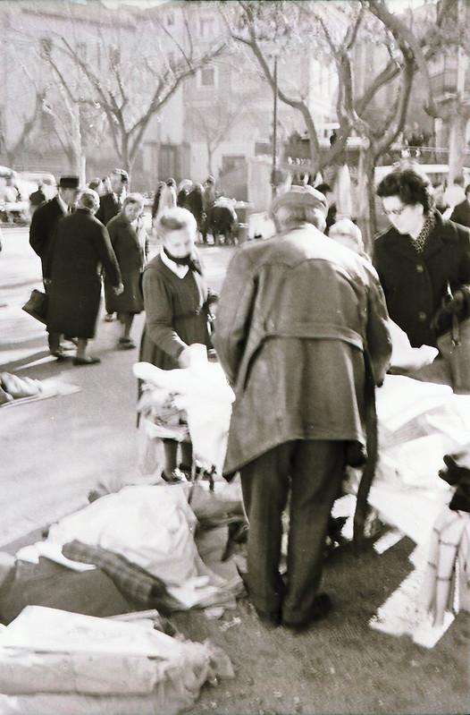 Mercadillo del Martes en el Paseo del Miradero en los años 60. Fotografía de Victoriano de Tena Sardón