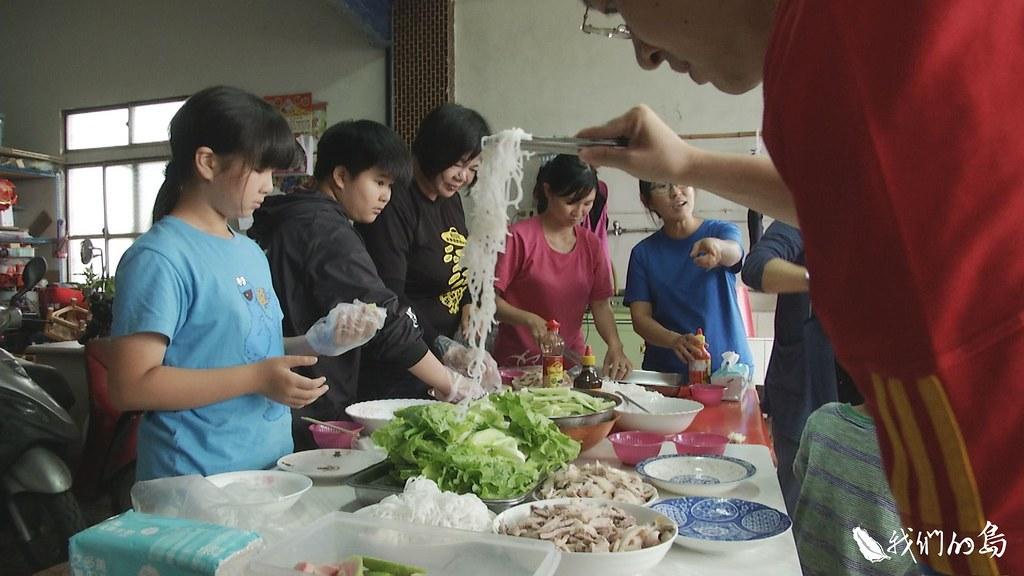 1001-2-52摘芭樂體驗結束,阮紅艷還把遊客帶回家,親手做越南春捲,當作營養午餐。