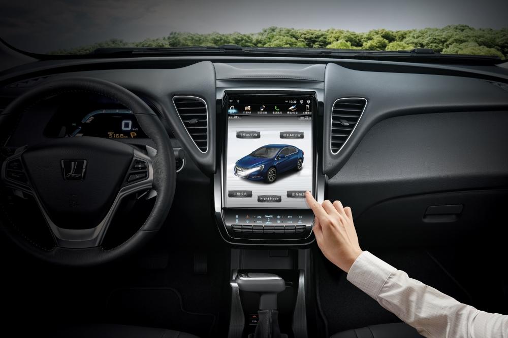 5. S5 GT_GT225首度搭載國產同級唯一的智慧科技「LUXGEN LINK+智聯網系統」,享有遠端功能服務 與76項車況即時檢查。