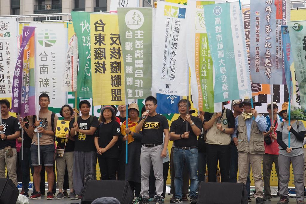 數十個團體成立的台南灣廢核行動聯盟,連續九年上街,堅定推動反核和能源轉型。攝影:李育琴。