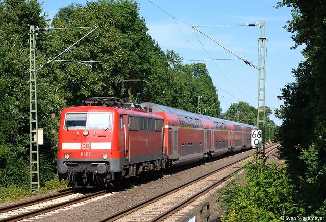 111 116 mit RE4 von Dortmund Hbf nach Aachen Hbf bei der Durchfahrt durch Mönchengladbach-Lürrip am 27.06.11