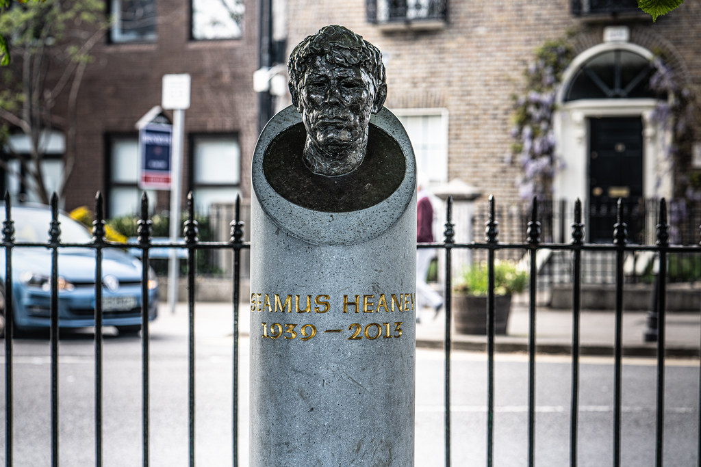 BUST OF SEAMUS HEANEY BY CAROLYN MULHOLLAND IN SANDYMOUNT GREEN  002