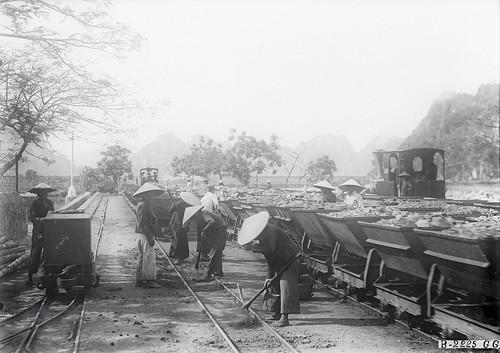 Quang Ninh (province) 1920-1929 – Hon Gay - Les mines. Transport du charbon au port d'embarquement.