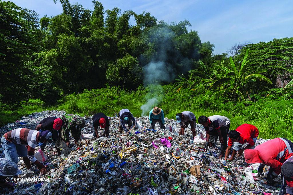 印尼當地Sumengko的村民在篩撿混在回收紙堆中的廢塑膠。照片由GAIA提供。