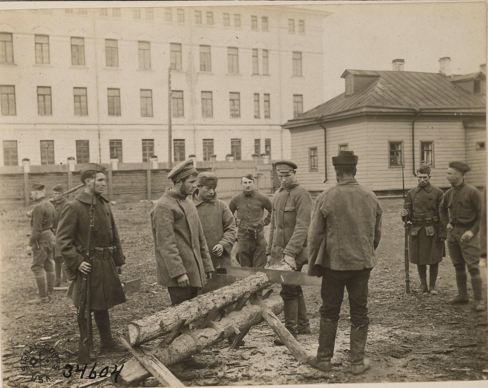 Архангельск. Пленные большевики под присмотром американского охранника пилят дрова