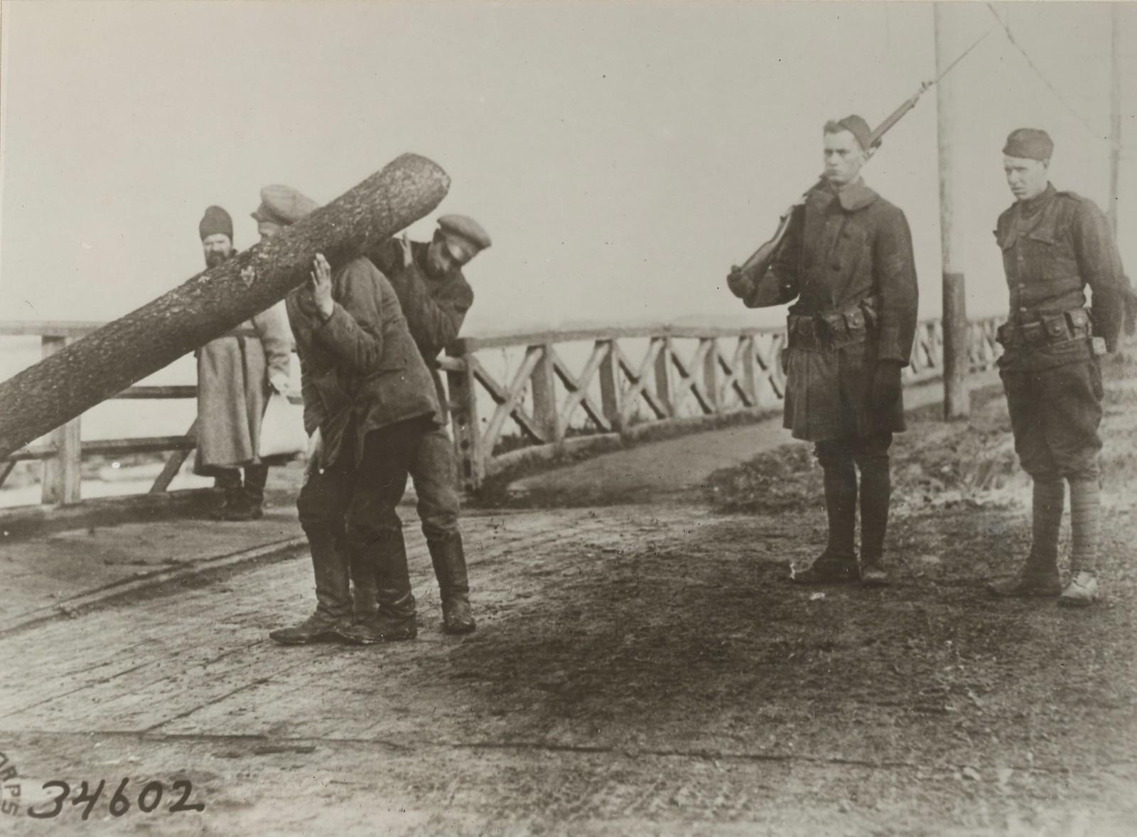 Архангельск. Пленные большевики берут большое бревно, чтобы резать топливо для больницы Красного Креста