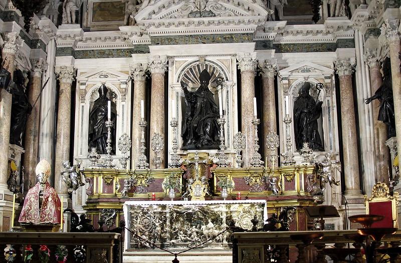 Altar_-_Cappella_di_San_Gennaro_-_Duomo_-_Naples_-_Italy_2015_(2)
