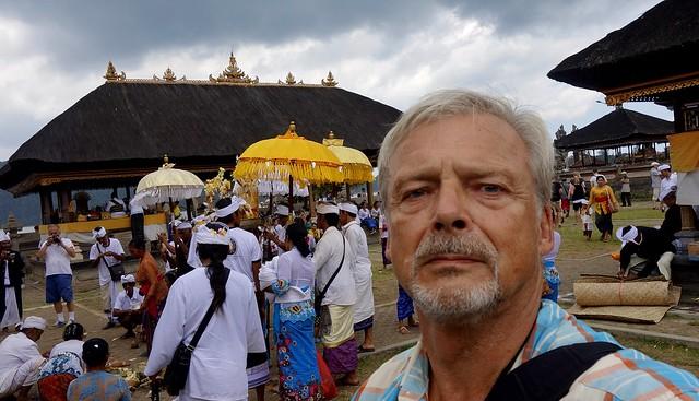 INDONESIEN, Bali - im Seetempel Pura Ulun Danu, Selfie mittendrin ,   18117/11390