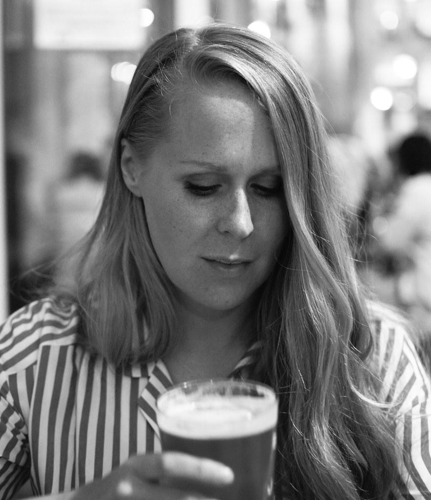 Annie dricker öl i Köpenhamn