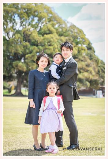 公園で小学校入学記念のロケーション家族写真