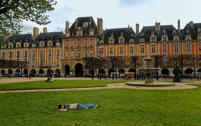 Paris / Place des Vosges / Nap time