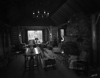 Cabin living room, Jasper Park Lodge, Alberta / Salon d'un chalet, Jasper Park Lodge (Alberta)