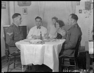 Supper group in a living room, Department of the Interior Station, Lake Harbour, Baffin Island, Nunavut... / Groupe soupant dans un salon, poste du ministère de l'Intérieur, Lake Harbour, île de Baffin, Nunavut...
