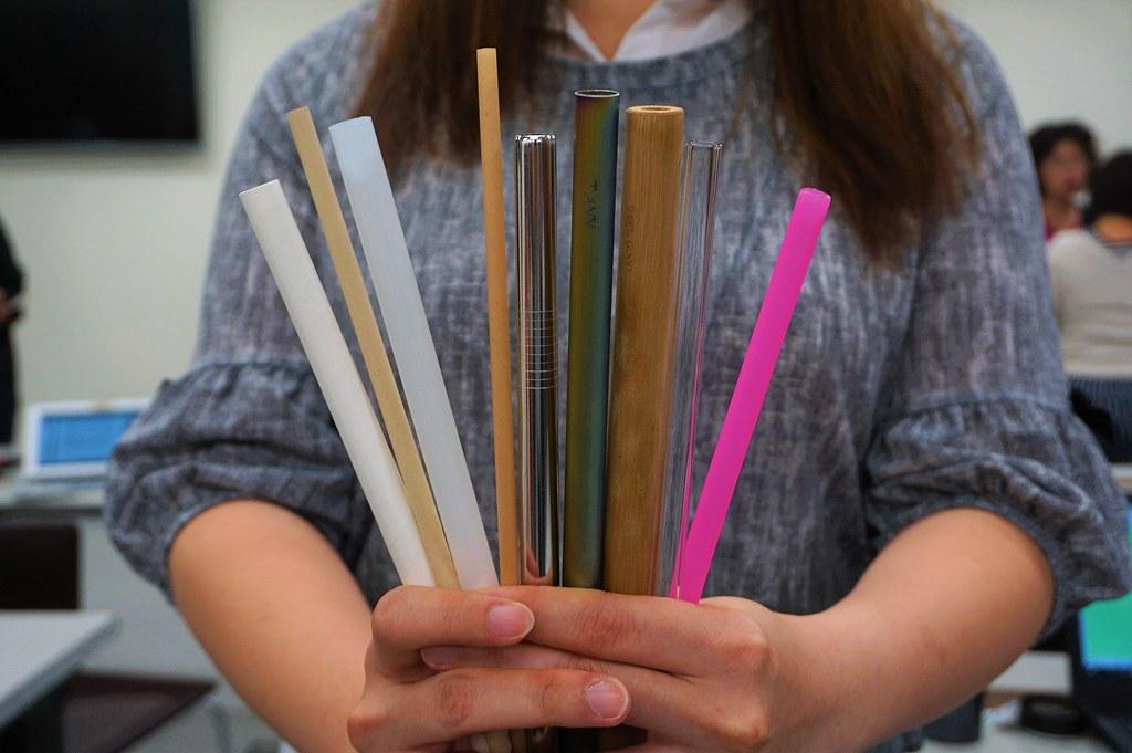 環保署展示一次用塑膠吸管之替代品。環保署提供