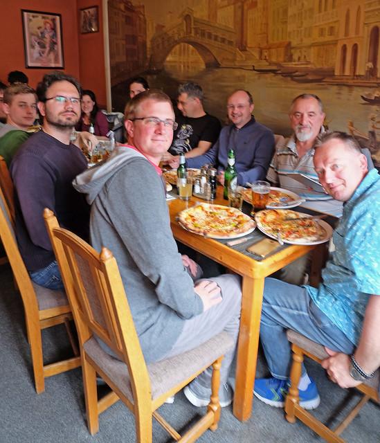 VCSE - Pizzériában az Egyesület - A pincérnő felvétele Ágoston Zsolt kamerájával