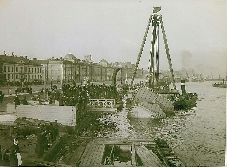 Николаевская набережная. Подъем затонувшего дебаркадера у пароходной пристани
