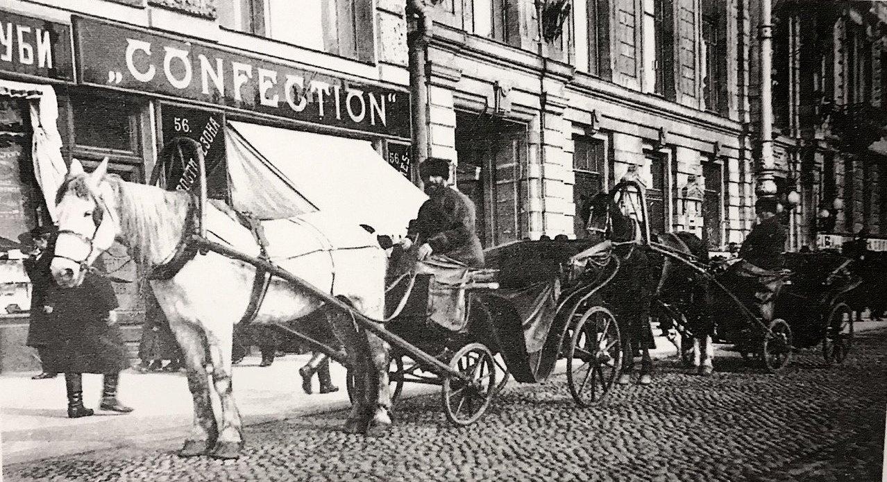 Извозчики у здания Коммерческого банка