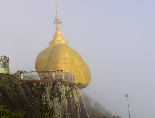 The golden rock (Kyaiktiyo Pagoda), Myanmar (Birmania) D810 708