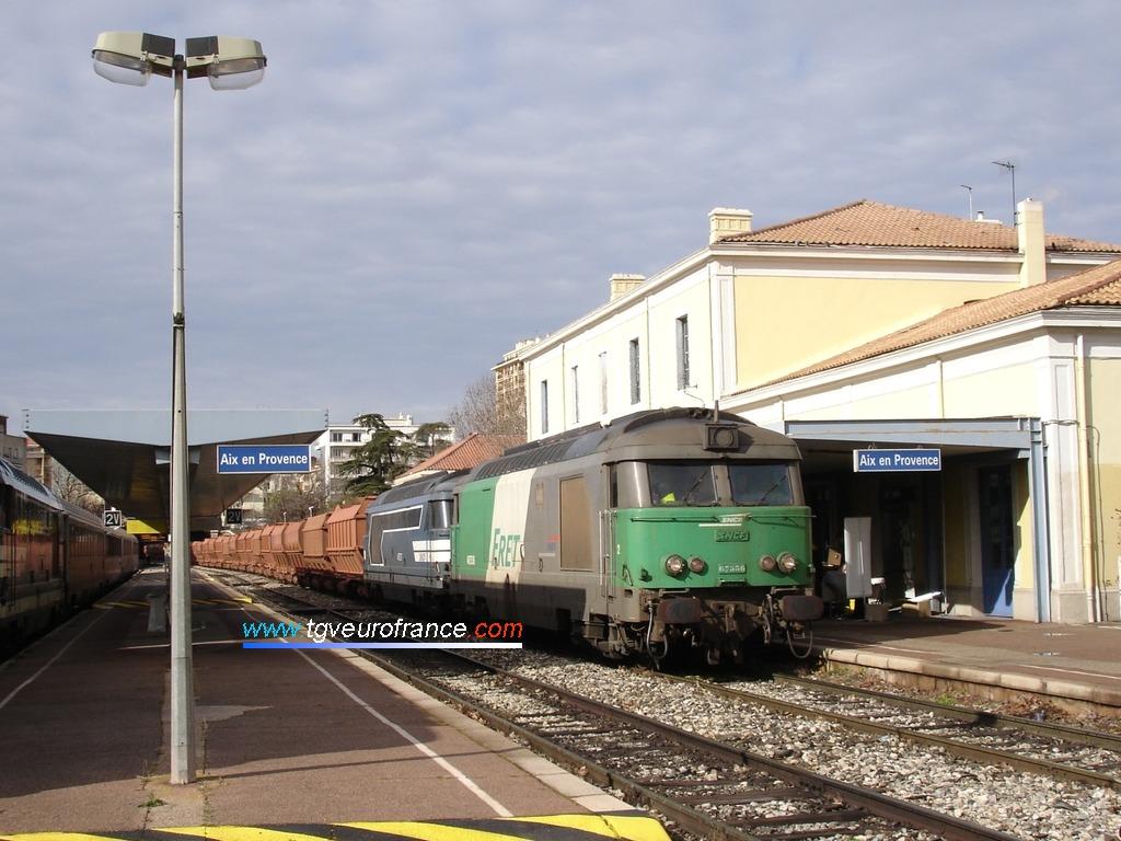 Une UM de locomotives thermiques BB67400 assure la traction de ce long train de wagons de bauxite