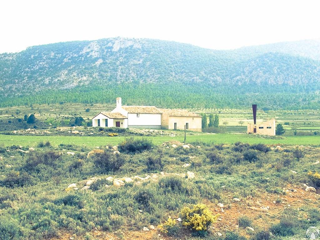 Ermita en el Campo de Béjar y se aprecia una curiosa chimenea para romper nubes de granizo