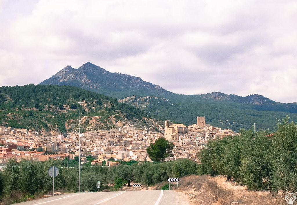 El bonito pueblo de Moratalla. La sierra de los Álamos se yergue detrás con el Pico del Fraile