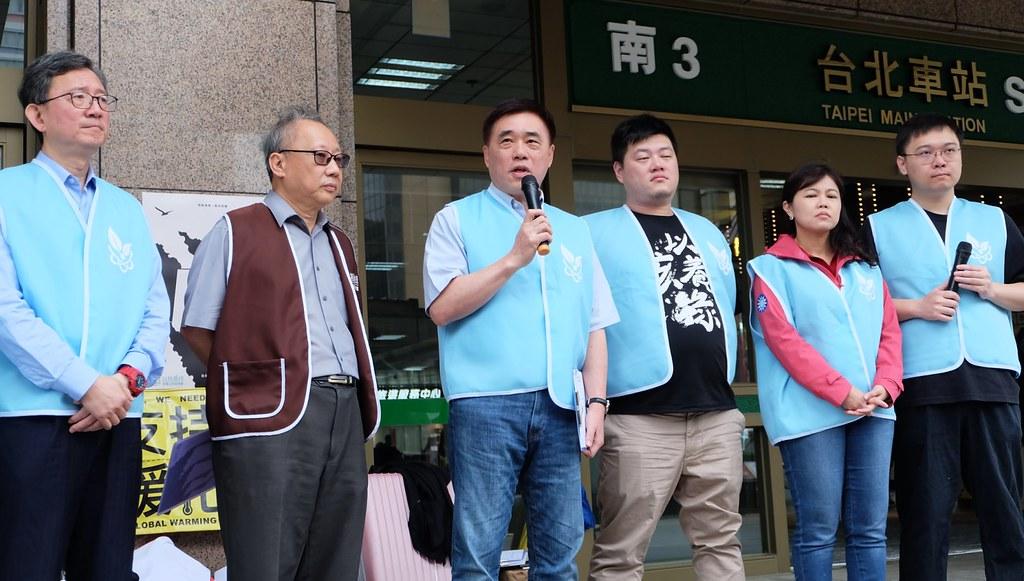 國民黨副主席郝龍斌重申政黨與支持核能民眾站在同一邊。攝影:陳文姿