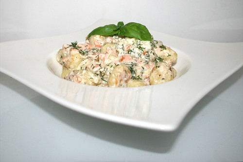 22 - Gnocchi with smoked salmon in cream cheese sauce - Side view / Gnocchi mit Räucherlachs in Frischkäsesauce - Seitenansicht