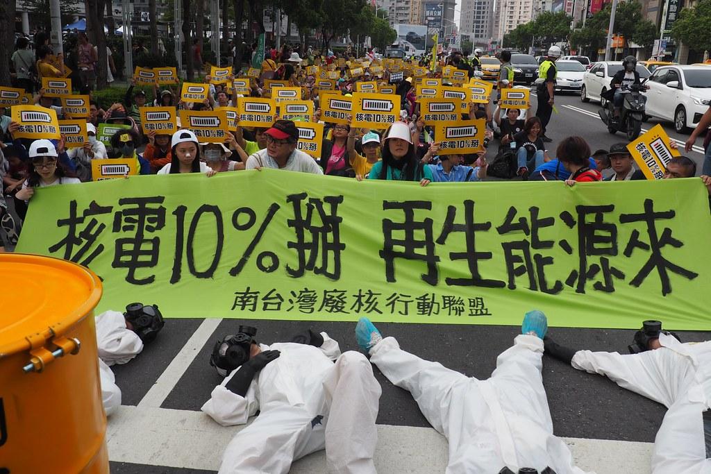 2019南台灣廢核遊行,在高雄巨蛋前路倒,紀念車諾比和福島事件。攝影:李育琴。