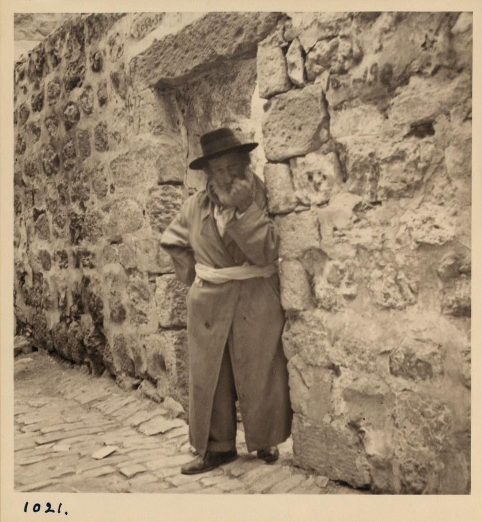 1021. 14 мая. Арабские беспорядки.  Старый еврей выглянул, чтобы посмотреть, что происходит