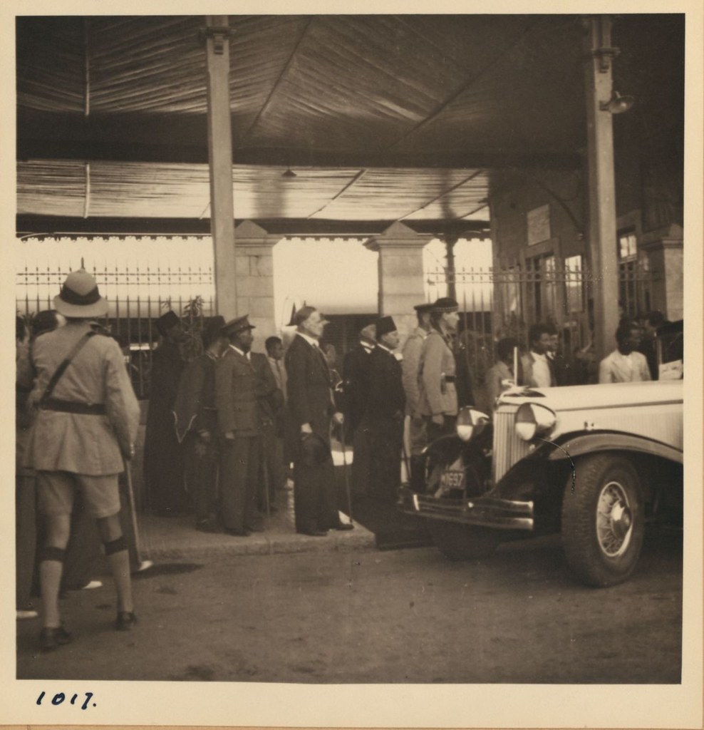 1017. 8 мая. Прибытие бывшего Эфиопского Негуса. Негус и его окружение садятся в машины