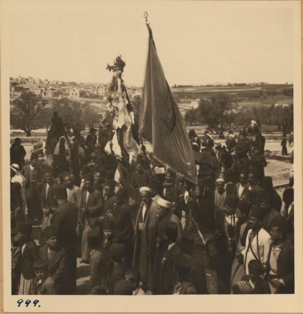 999. 2 апреля. Фестиваль Неби Муса. Флаг Шхема и толпа перед американской колонией
