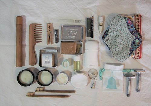 hulladékmentes utazás neszeszer alternatíva, fém borotva, saját készítésű dezodor, naptej