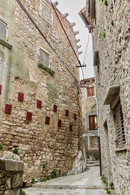 Nabubreni zidovi napuštenih kuća u starom gradu Plominu