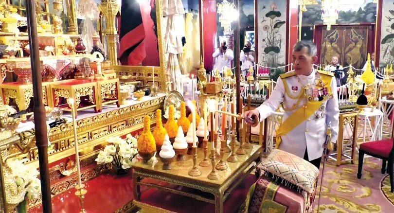 Raja Thailand Maha Vajiralongkorn menyalakan Lilin Kemenangan mengawali penobatannya di Vihara Buddha Zamrud.